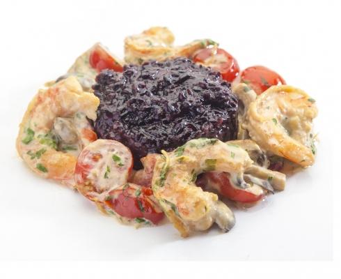 Креветки в остро-сливочном соусе с ризотто из черного риса